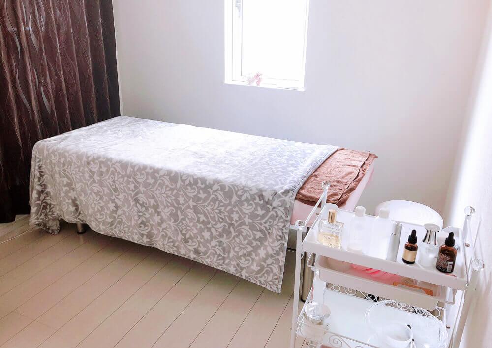 PARAFUSE.TAKATSUKI Private Salon -CHERIE-の内観 施術するベッドの写真